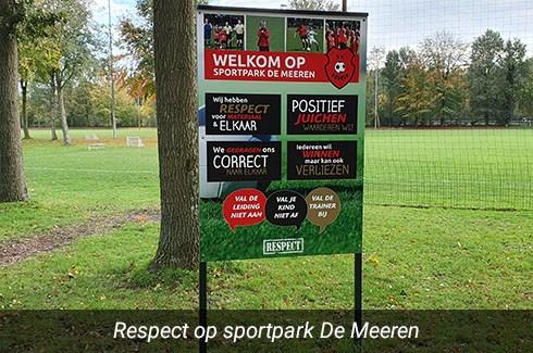 Foto van het respectbord bij de ingang op sportpark De Meeren