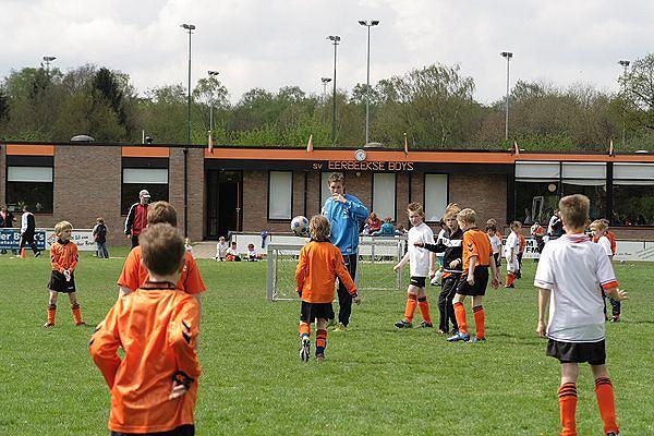Wij zijn erg blij met onze eigen junioren spelers die als scheidsrechter bij de pupillen helpen.