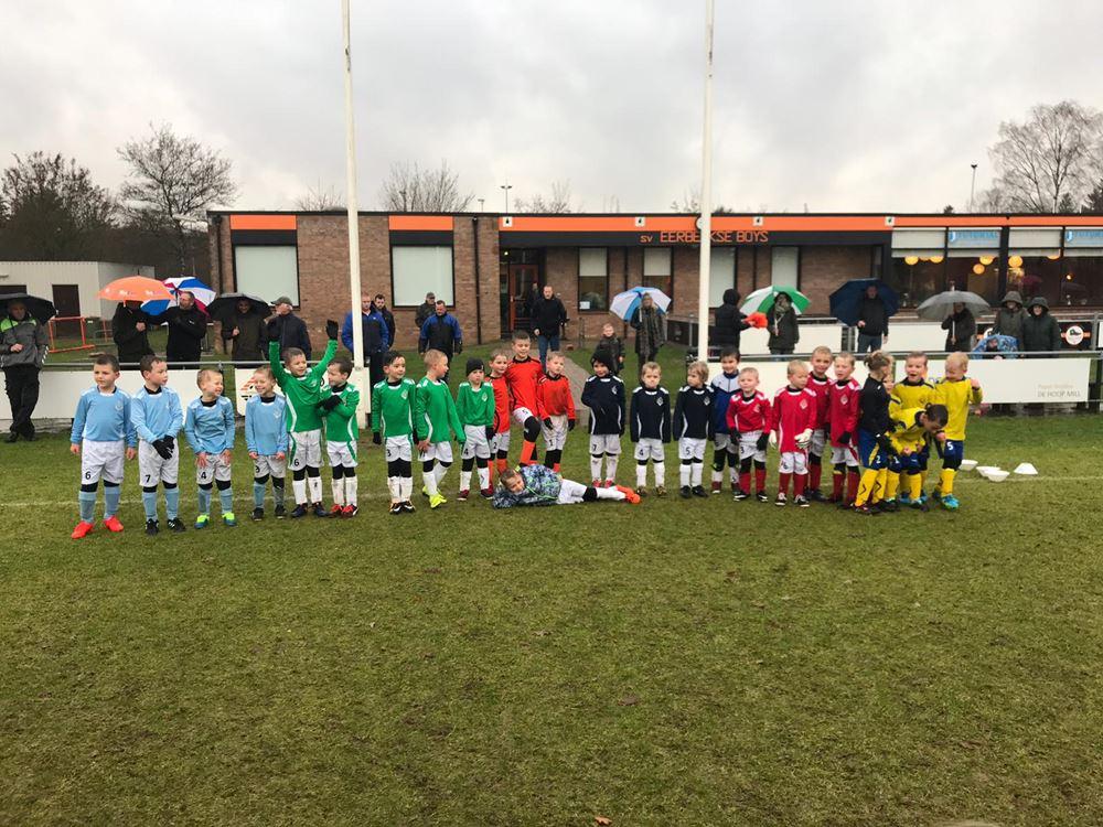 De teams poseren voor aanvang van de wedstrijd