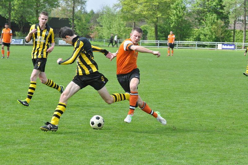 Mike Steeghs in een pas de deux met een Oranje Zwart verdediger