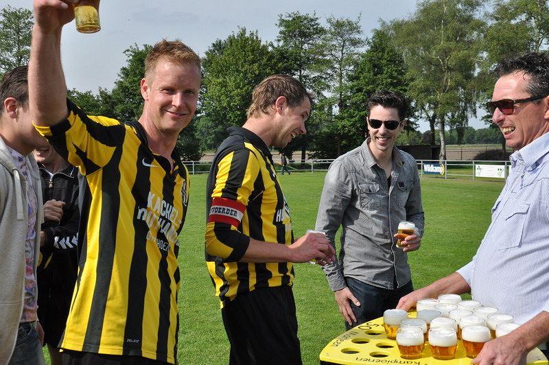 Bas Gloudemans en Tim van Ophoven genieten van een pilsje na het behalen van het klasse behoud en de 3 periode.