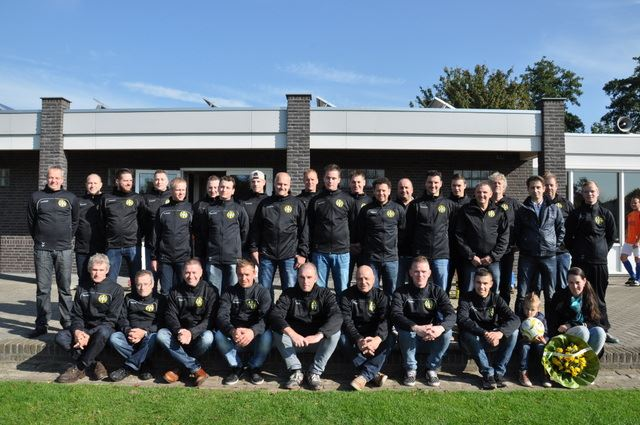 Bohaco sponsort nieuwe coachjassen jeugdleiders SV Grashoek