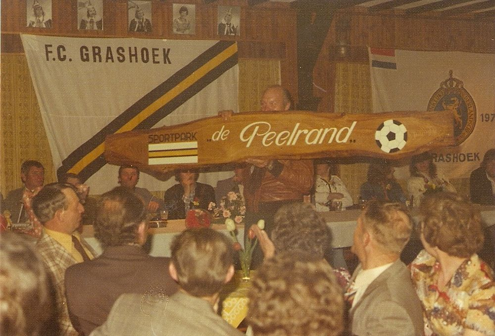 Veteranen SV Grashoek schenken naambord de Peelrand