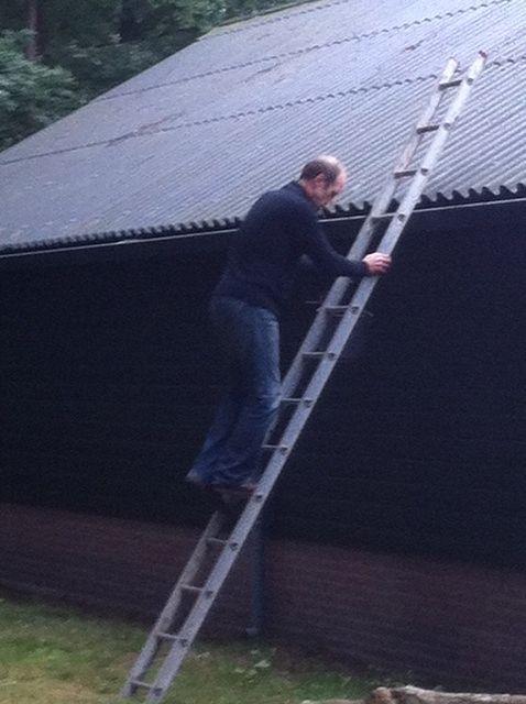 Klaas vindt de ladder erg hoog