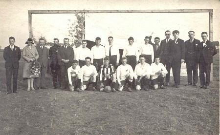 1930 v.v.Heukelum Bij de ingebruikname met z'n allen op de foto. Op de foto de genodigden en het elftal van Heukelum
