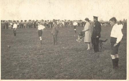 1930 De aftrap op het nieuwe veld tijdens v.v.Heukelum