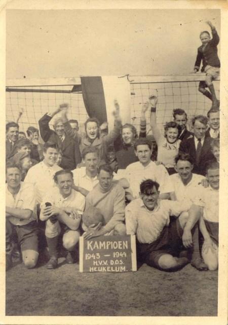 1944 v.v.Heukelum - Direct na de kampioenswedstrijd is het groot feest.