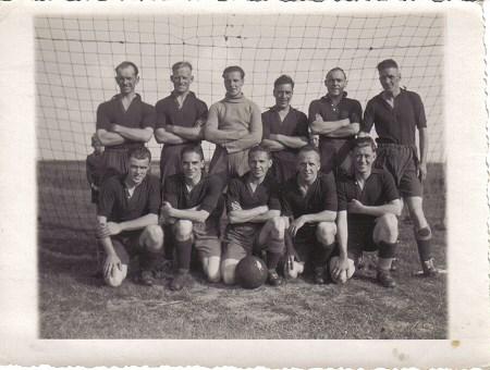1945 v.v.Heukelum - Het elftal van de bevrijders.