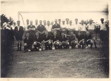 1945 v.v.Heukelum - In het seizoen 44/45 werd niet meer gevoetbald, het was toen te gevaarlijk geworden. Wel zijn er nog enkele vriendschappelijke wedstrijden gespeeld.