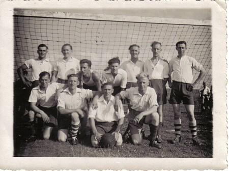 1945 v.v.Heukelum - Het elftal van Heukelum wat de bevrijdingswedstrijd speelde.