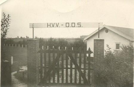 1956 v.v.Heukelum - De originele ingang van het sportcomplex, naast het vroegere praathuis. Er was toen nog maar één veld, het huidge hoofdveld.