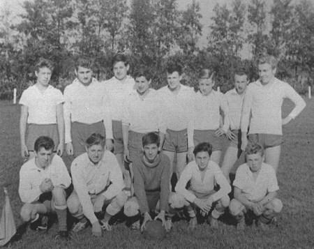 1958-1959 v.v.Heukelum - Foto van de A-junioren.