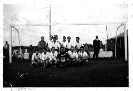 1958-1959 v.v.Heukelum - Foto van omstreeks seizoen 1958-1959, Heukelum speelde toen 4e klasse KNVB zondag. Foto genomen op de Vriezenwijk.