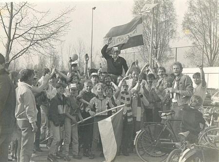 1984 v.v.Heukelum - Grote vreugde bij de supporters na het behalen van het kampioenschap in de 3e klasse B.