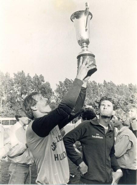 1985 v.v.Heukelum - keeper Ron Kon heft de nieuwsbladcup ten hemel. Jillis van Meeteren kijkt toe.