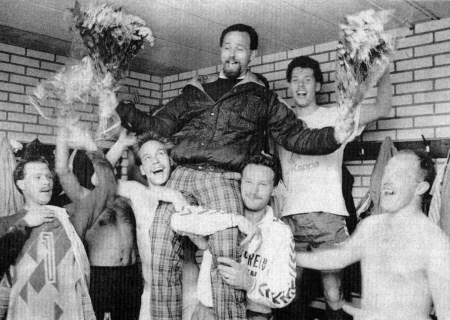 1990 v.v.Heukelum -  Heukelum kampioen en promoveert naar de 2e klasse. trainer Ton Zoutendijk gaat in de keedkamer op de schouders.