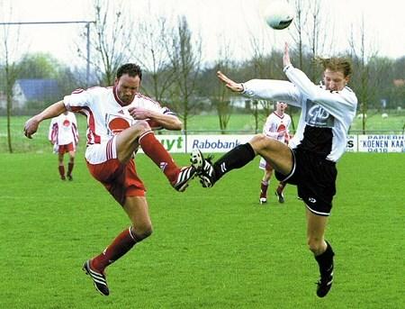 2001 v.v.Heukelum - 3e klasse C. Leon Swenne hoog spel tegen SVW.