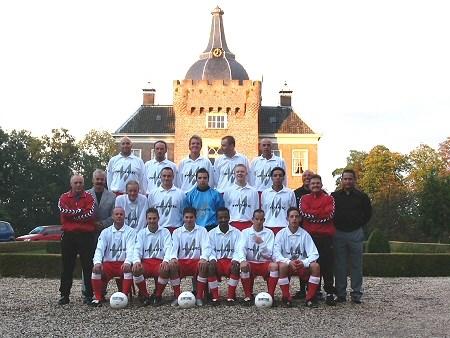 2003 v.v.Heukelum - Teamfoto bij Kasteel Merckenburg.