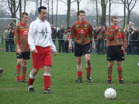 2006 v.v.Heukelum - Vincent den Adel opende de score, tijdens de kampioenswedstrijd, met een strafschop.
