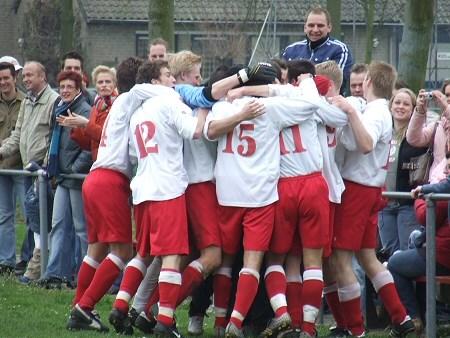 2006 v.v.Heukelum - Ook het tweede en derde Heukelumse doelpunt kwamen op naam van Vincent den Adel. Op de foto feestende spelers na de 0-2.