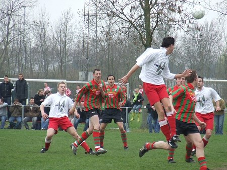 2006 v.v.Heukelum - Kampioenswedstrijd tegen Haaften. Peter Veldhuizen kopt een voorzet door naar Vincent den Adel.
