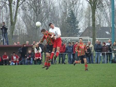 2006 v.v.Heukelum - Kampioenswedstrijd tegen Haaften. Dennis Joosen wint een kopduel. Het duel werd ook opgenomen op DVD (cameraman staat op dugout).