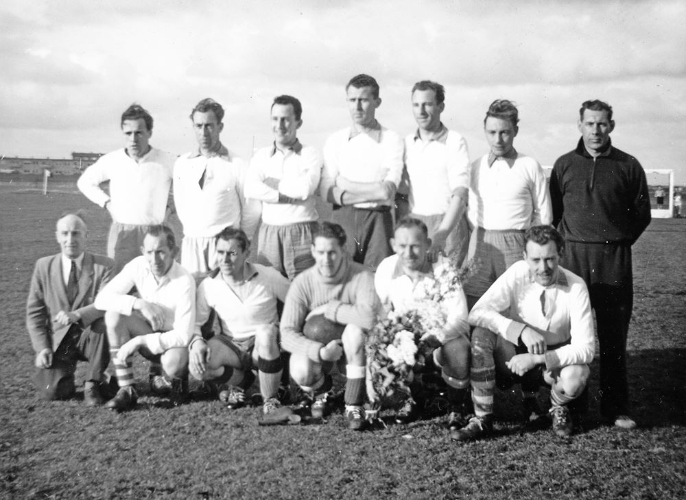 NDSM selectie in Hoorn, d.d. 31-3-1956. Vlnra: F.Brienen, J.Rijs, J.Luthart, J.Visser, W.Kniestedt, C.Verlee, S.Hesselman, en vlnrv: S. Ouwens, B.Boerrigter, W.Haak, R.Weisz, J.Monteban, J.Mieremet. Foto: Stichting NDSM-Herleeft.