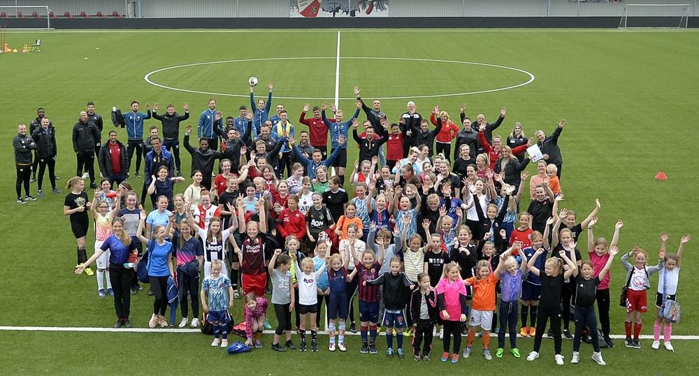 Groepsfoto_voetbalclinic_meisjes-dames.jpg