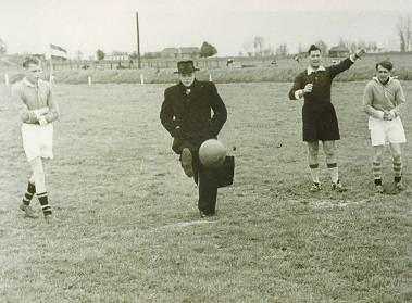 Pater Verhagen trapt af  , Rond 1932