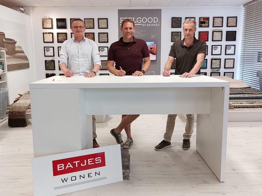 Aart Withaar en Kees Koene ondertekenen het contract