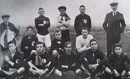 Elftalfoto bij de oprichting in 1922 met o.a. Cees Peters, Toon van Gaalen, Koos Zalm, Willem Steijn en Piet Kortekaas.