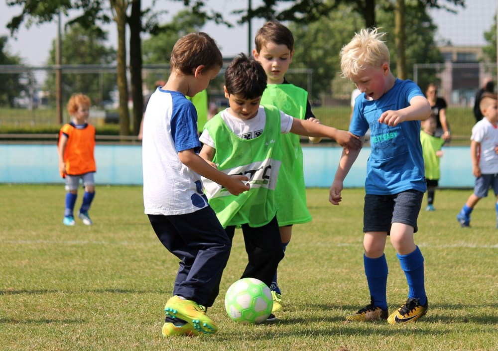 Voetbal zorgt voor vriendschappen voor het leven, staat voor plezier maken met vrienden en vriendinnen, geeft je zelfvertrouwen en laat je groeien. Met de bal aan de voet op weg naar een nieuw avontuur. Volg je voeten en ga voetballen bij DEM!