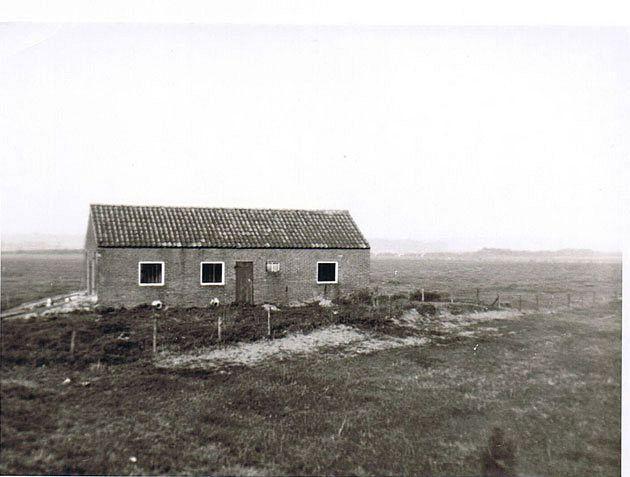 eerste kleedlokaal van de vereniging achter de dijk