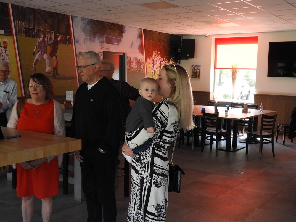 Burgemeester Hanne van Aart brengt het bericht via de telefoon