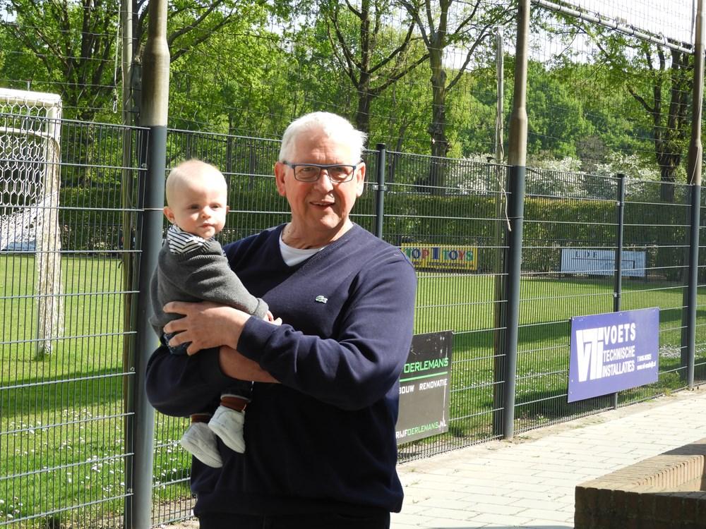 Harrie met zijn kleinzoon Djim na het ontvangen van de oorkonde