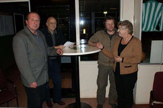 Dhr. Bob Lanenga (25 jaar lid), postuum uitgereikt aan mevr. Lanenga en Martijn Lanenga