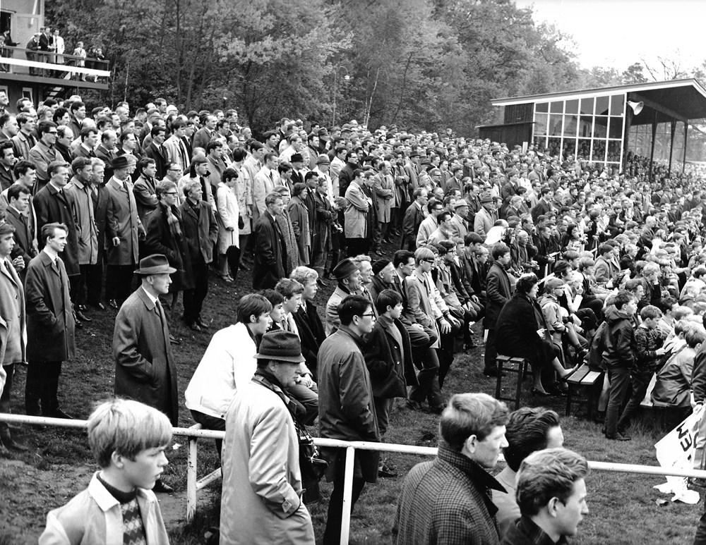 Volle tribune Victoria Boys midden jaren 60 in 19e eeuw