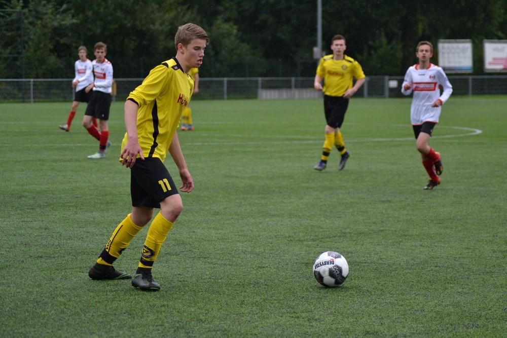 Linksbuiten Rick van de Waerdt scoort zowel in de eerste als de tweede helft drie keer