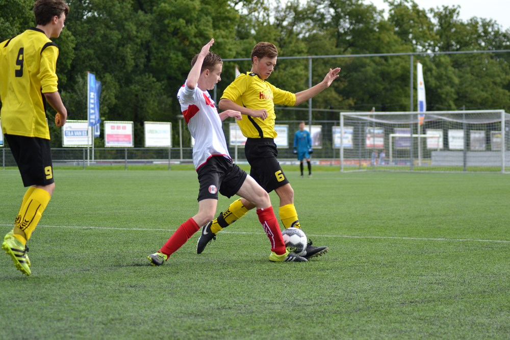 Marcel Ruyter opende tegen Hoogland JO19-6 de score en maakte tevens de 11-0