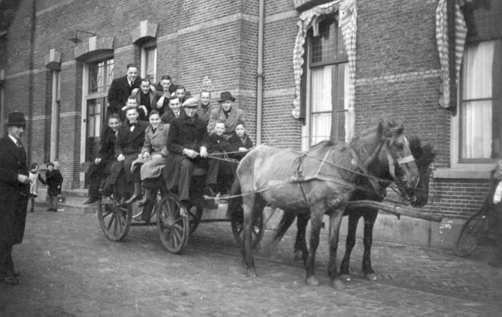 1940__28-2-2-193_Z.A.C._4_spelers_per_paard_en_wagen_van_station_Raalte_naar_Luttenberg..jpg